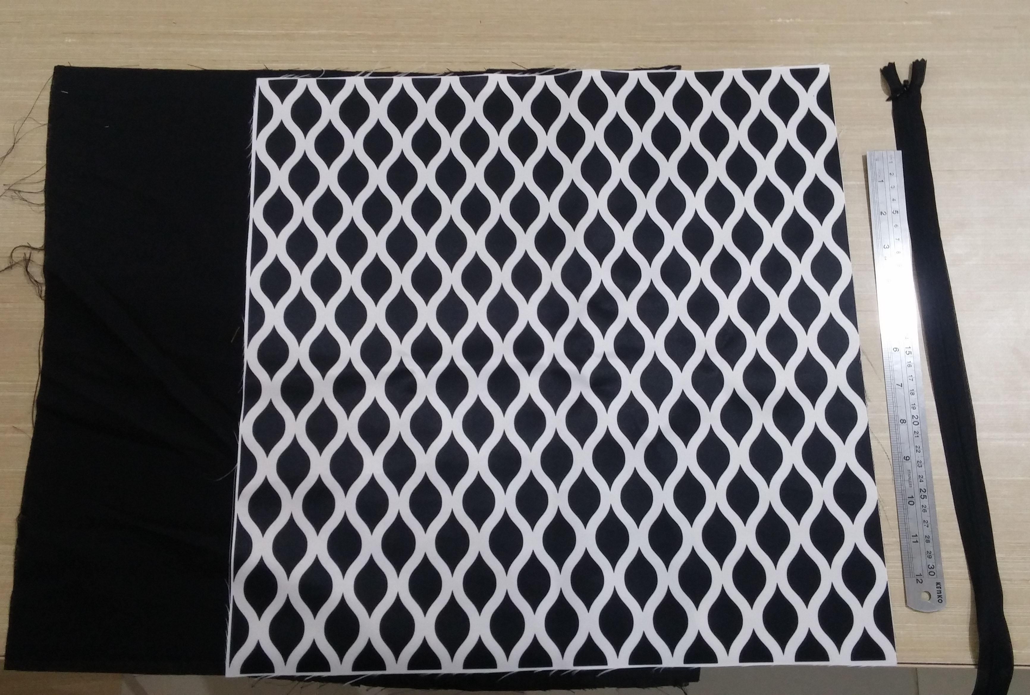 Persiapkan dua kain yang akan dijadikan bantal sofa